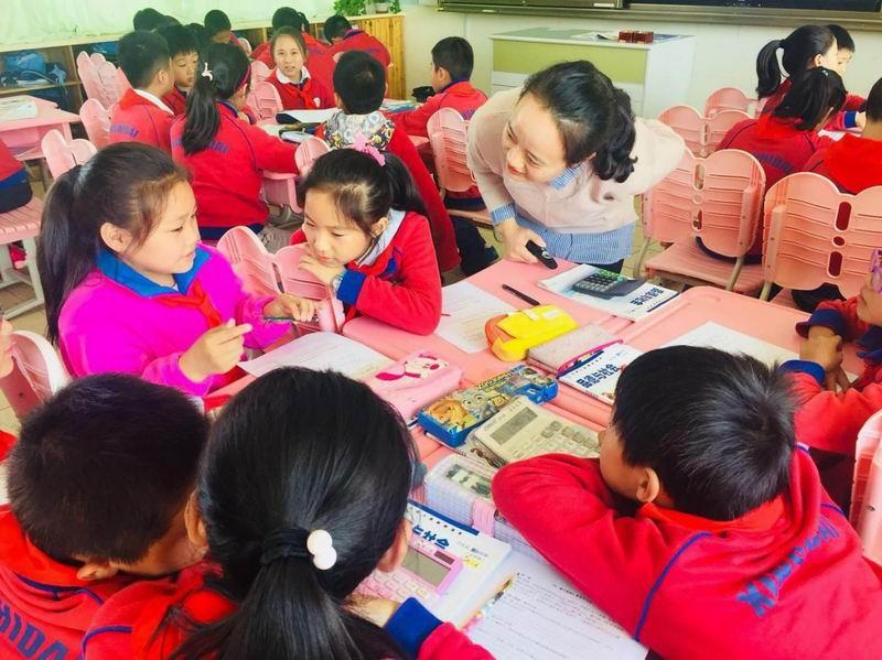 邓曲萍教员在讲堂上指点学生。