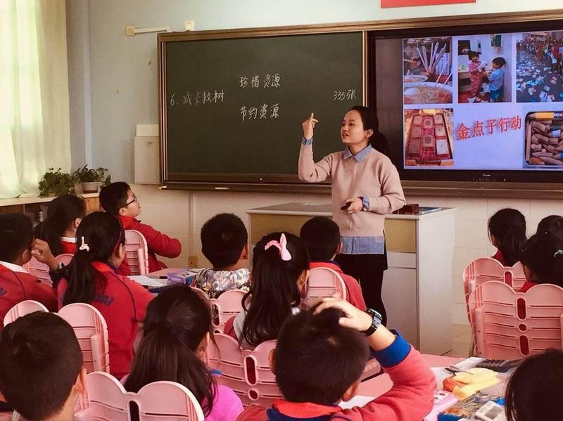 邓曲萍教员为学生讲课。