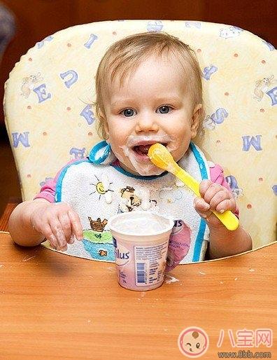 多年夜的婴儿可以喝酸奶 宝宝是喝纯牛奶好仍是酸奶好