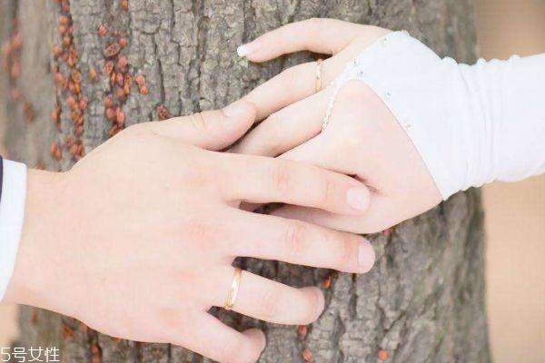 该不应看伴侣的手机呢 成婚在不在意门当户对呢