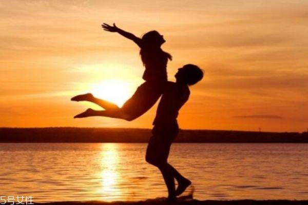 男伴侣比力害臊怎样办呢 为何男伴侣历来不讨情话呢